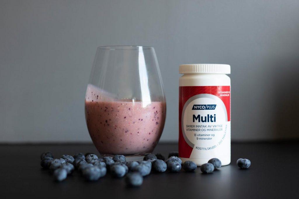 Nycoplus Multi sammen med smoothie og blåbær