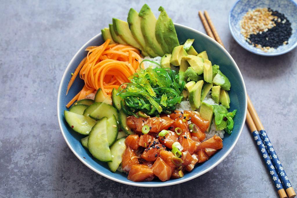 Pokebowl med avokado og agurk.