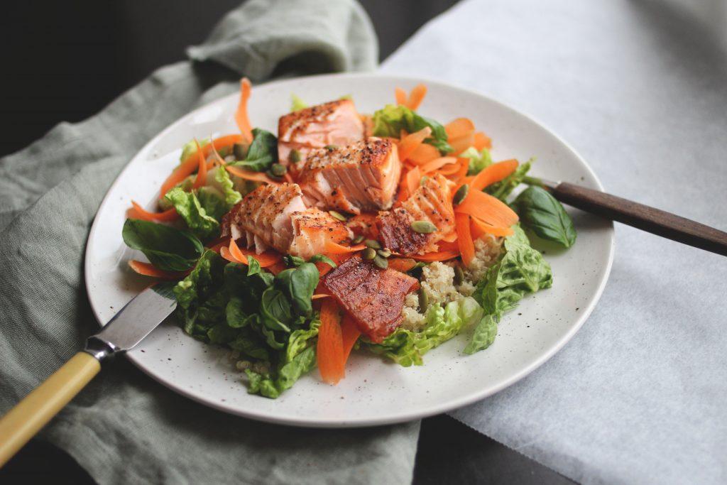 Fet fisk, som laks og ørret, er gode kilder til omega-3.