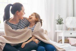 Kvinne og barn ler