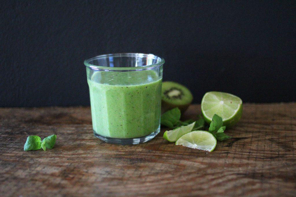 Grønn smoothie full av grønnsaker.