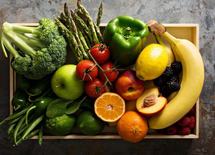Fersk frukt og grønt på en kjøkkenbenk.