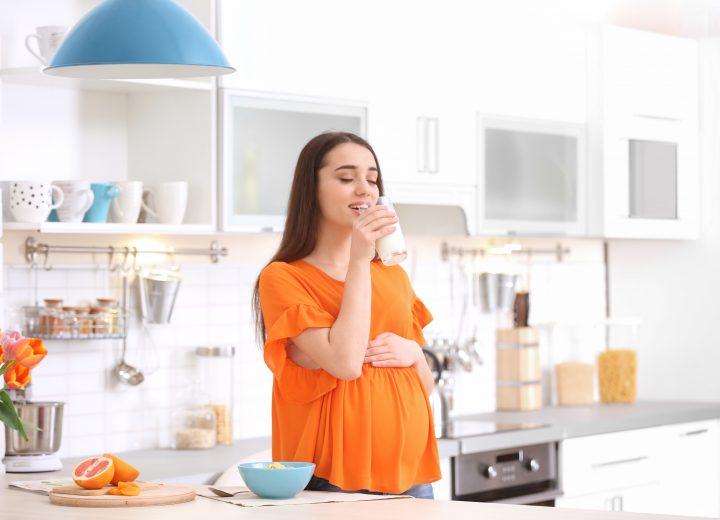 Gravid kvinne på kjøkken
