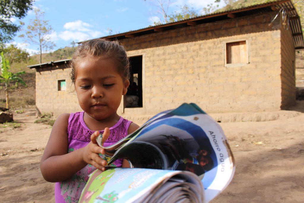 Liten jente i Nicaragua med skolebok