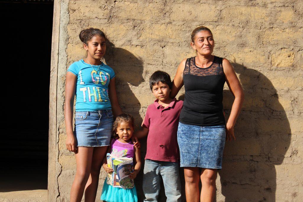 Selenia med familien sin i Nicaragua