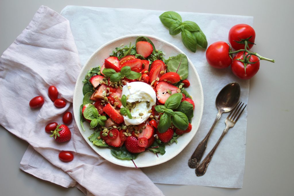 Basilikum i jordbær- og tomatsalat.