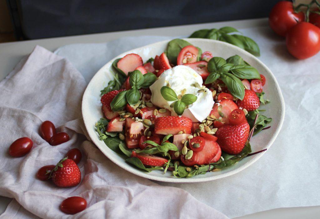 Salat med tomat, jordbær, mozzarella og basilikum