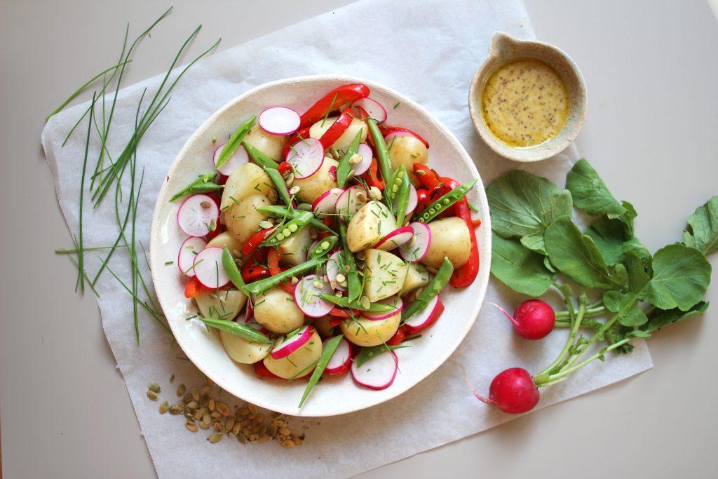Potetsalat med urter, honning- og sennepsdressing.